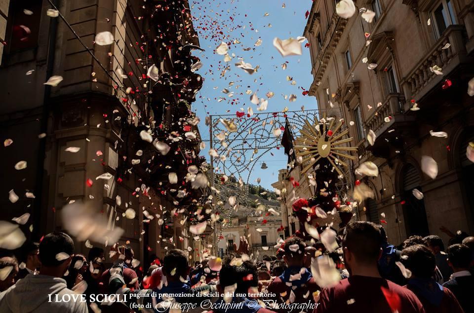Pasqua a Scicli. Il Gioia . Pioggia di petali sulla Pasqua di Scicli
