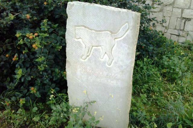 Lapide sotto cui riposa Italo Barocco presso la Villa Comunale Penna della città di Scicli.