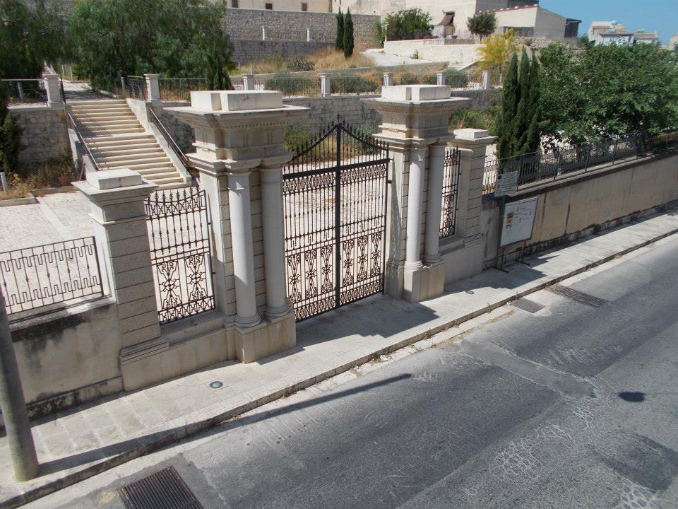 villa comunale di Scicli aperta tomba di Italo